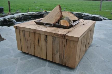 Vuurtafel van oud eiken wagondelen met vuurschaal